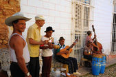 Grupa muzyków grających na tradycyjnych ulicy trinidad, kuba. październik 2008 — Zdjęcie stockowe