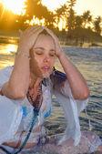 Våt kvinna på stranden — Stockfoto