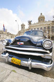 Old car parked in front of the Revolution museum in Havana, Cuba — Stock Photo