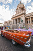 Car in front of Havana Capitol building — Stock Photo