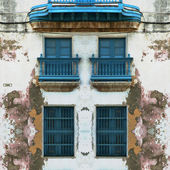 Eroded Old Havana facade with blue windows — Stock Photo