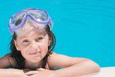 Giovane ragazza in piscina — Foto Stock