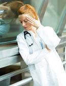 Podkreślić kobiece kobieta lekarz — Zdjęcie stockowe