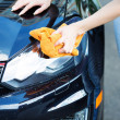 Woman cleaning , drying car with microfiber cloth — Stock Photo