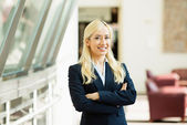 Confident business woman with arms crossed  — Stock Photo