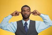 Homem fechando ouvidos evitando conversa desagradável, situação — Foto Stock