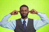 человек, закрывая уши, избегая неприятного разговора, ситуация — Стоковое фото