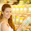 Happy woman shopping in a grocery store — Stock Photo