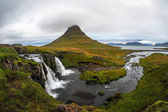 Kirkjufellsfoss waterfall and Kirkjufell mountain — Stockfoto