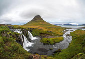 Kirkjufellsfoss waterfall and Kirkjufell mountain — Foto de Stock