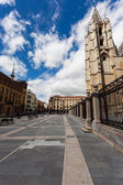 Cityscape of Leon with gotich cathedral and pedrestrian square — Stock fotografie