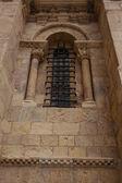 Nice lateral romanesque window in San Isidoro Leon, Spain — Stock fotografie