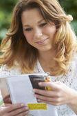 девочка-подросток расслабляющий с журналом на открытом воздухе — Стоковое фото