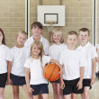 leerlingen in elementary school basketbalteam — Stockfoto #51172409