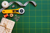 Patchwork sewing tools on green mat — 图库照片