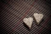 Deux coeurs de sucre sur la texture en bois — Photo
