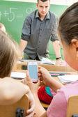 小学的学生在教室课桌 — 图库照片