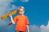 Kleine jongen spelen met vliegtuig — Stockfoto