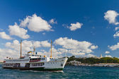 Ferry in front of Topkapi Palace — Stock Photo