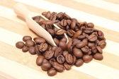 Haufen kaffee auf holzlöffel. hölzerne hintergrund — Stockfoto