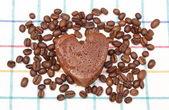 маффин с зернами кофе на красочные ткани в форме сердца — Стоковое фото