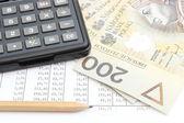 Dinheiro, lápis e calculadora deitado na planilha — Foto Stock