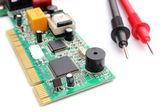 Multímetro cable con placa de circuito aislado en fondo blanco — Foto de Stock