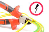 Metal pliers, green-yellow cable and high voltage danger sign — Stockfoto