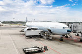 Airplane Being Serviced at the Gate of an International Airport — Stock Photo