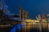 Helix Bridge Leading Up to the Marina Bay Sands Hotel — ストック写真