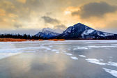 Frozen Vermilion Lakes on a Cold Winter Morning — Stock Photo