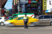 Warden Directs Peak Hour Traffic in Tapei — Stockfoto