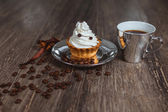 Cake with cream on a plate — ストック写真