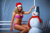 Girl dressed in bikini and santa hat — 图库照片