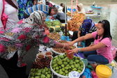 People at the market — Stock Photo