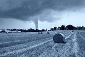 торнадо позади холма — Стоковое фото