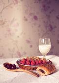 健康的早餐奶与羊角面包。新鲜美味的浆果. — 图库照片