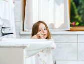 Little girl cleaning the teeth — Photo