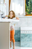 Little girl cleaning the teeth — Stock Photo