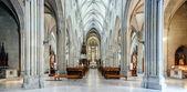 Majestueuze gothische kathedraal interieur. — Stockfoto