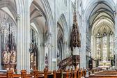 Majestuoso interior catedral gótica. — Foto de Stock