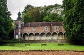 Vieja abadía en la pequeña ciudad de bélgica — Foto de Stock