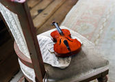 Antique violin and vintage music notes — Stock Photo
