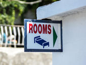 Plate with arrow to rooms rent house — Stock fotografie