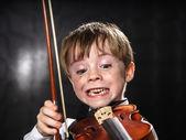 Sardento menino de cabelos vermelhos tocando violino. — Fotografia Stock