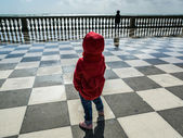 Little child on sea quay — Stock Photo
