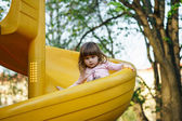 Niña linda en patio — Foto de Stock