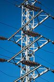 мачты электропередач на фоне голубого неба — Стоковое фото