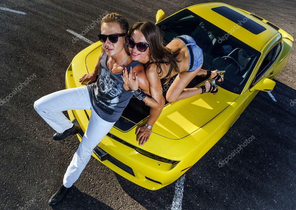 couple damoureux et voiture de sport jaune photo ditoriale sorokopud 51692559. Black Bedroom Furniture Sets. Home Design Ideas