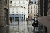 Des petits peres strada dopo pioggia. parigi. — Foto Stock